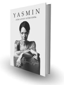 Svartvit bokomslag. Porträtt på Yasmin. Kort mörkt hår och tatuerade armar. Rubrik Yasmin När livet störtdök.