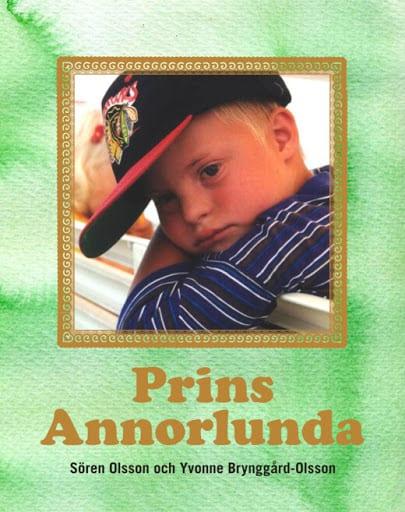 Bokens framsida med en ljusgrön akvarelliknande bakgrund. En inramad porträttbild på Ludvig som liten. Han har en svart keps med röd skärm på sig och en blå-vitrandig tröja. Under bilden står titeln Prins annorlunda i ljusbrun text.